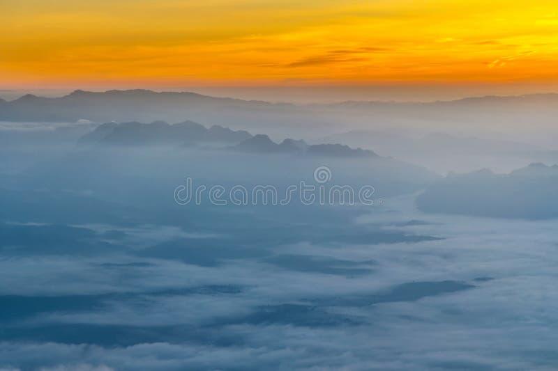 Capa de la montaña con niebla y la nube fotografía de archivo libre de regalías