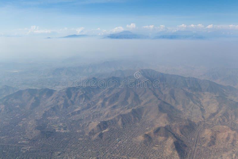 Capa de la niebla con humo sobre Lima fotografía de archivo