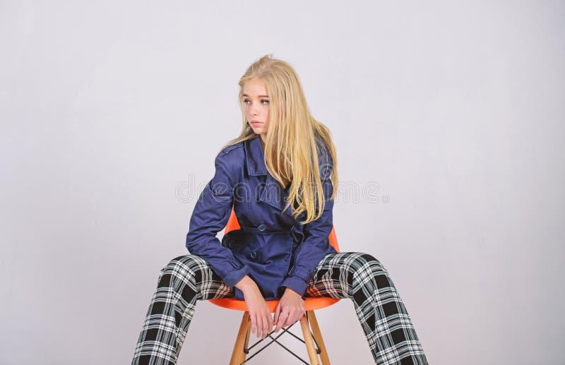 Capa de moda Ropa y accesorio Estilos de mezcla Capa del desgaste del modelo de moda de la muchacha para la estaci?n de primavera imagen de archivo
