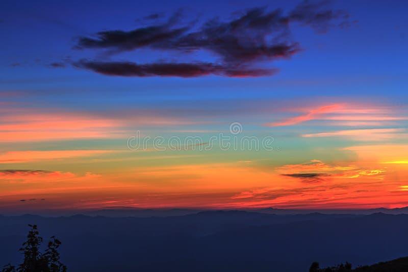 Capa de montaña y de horizonte después de la puesta del sol foto de archivo libre de regalías