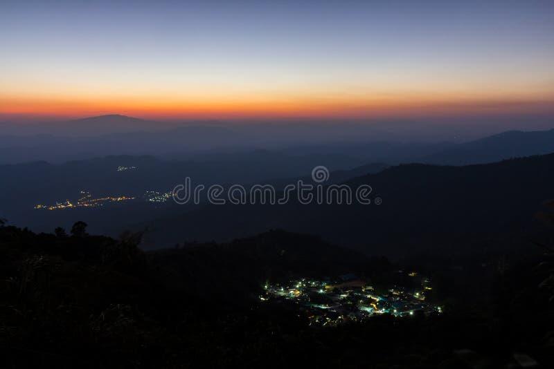 Capa de montaña y de pequeño pueblo fotografía de archivo