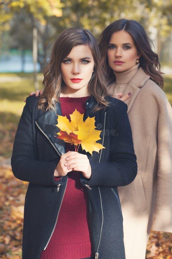 Capa de temporada de las mujeres del modelo de moda al aire libre imagen de archivo