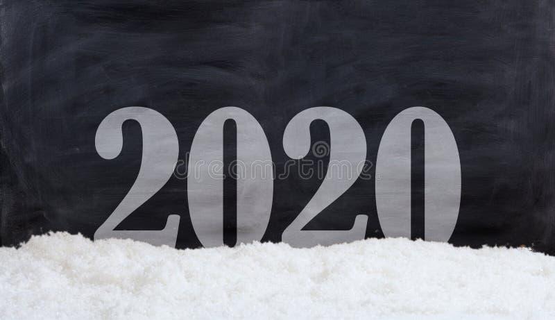 Capa del Año Nuevo 2020 en fondo negro con las derivas de la nieve imágenes de archivo libres de regalías