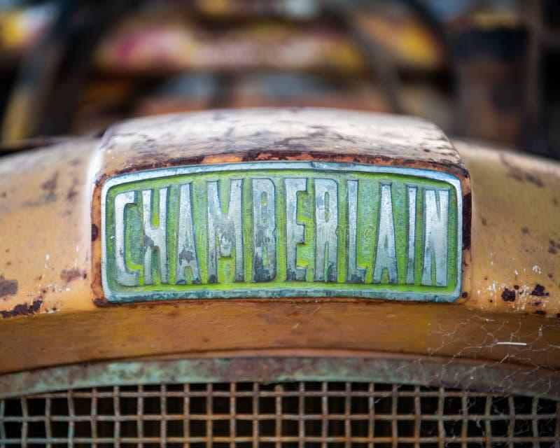Capa e grade dianteiras de um trator velho de Chamberlain em uma exploração agrícola - fim acima fotos de stock