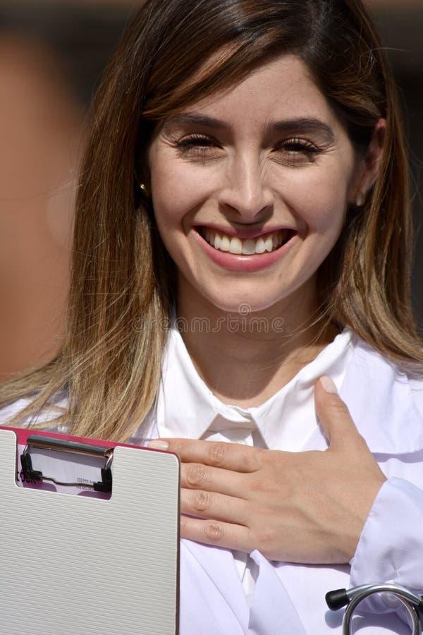Capa femenina colombiana linda del laboratorio del doctor And Hope Wearing fotos de archivo