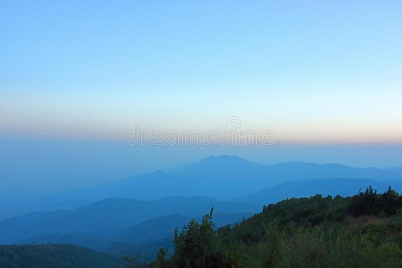 Capa hermosa de paisaje de la montaña en el inthanon de Doi, Chiang Mai, Tailandia imágenes de archivo libres de regalías
