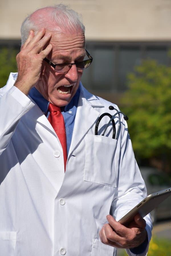 Capa profesional médica masculina agotadora del laboratorio que lleva en el hospital foto de archivo