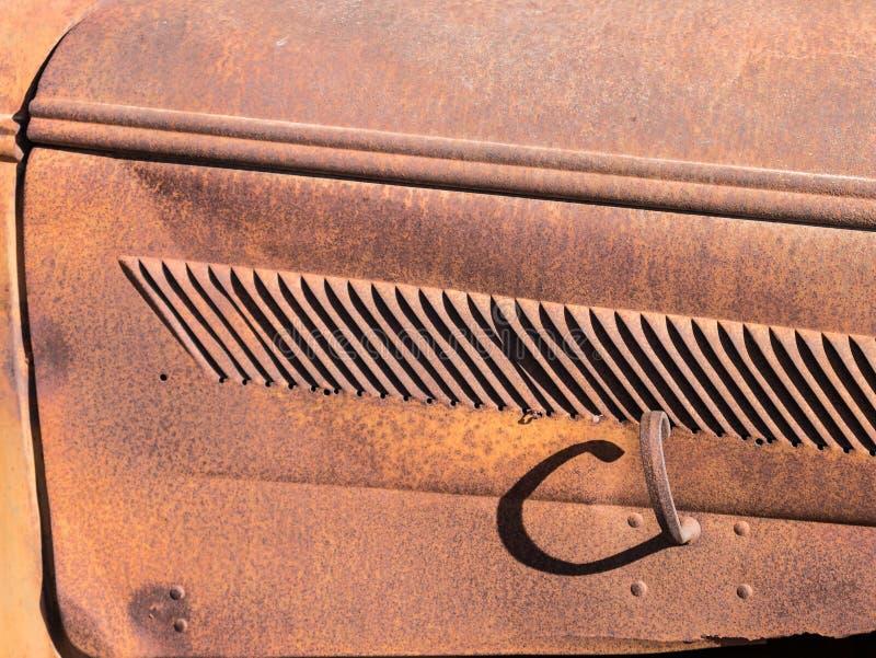Capa velha do caminhão que oxida afastado fotografia de stock
