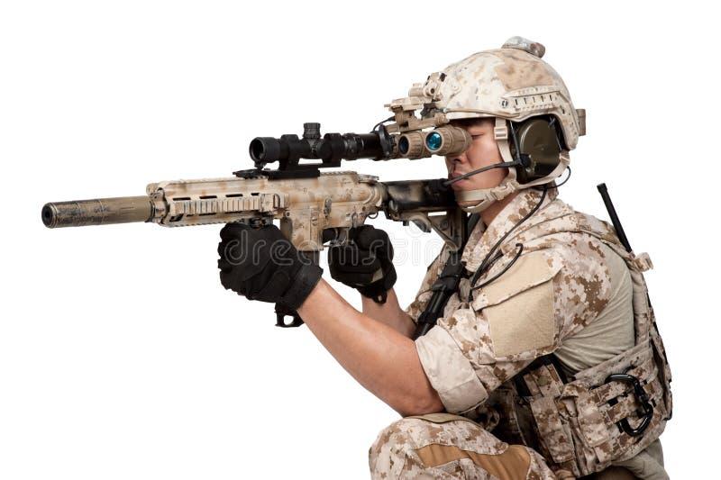 Capacete completo da armadura do homem do soldado no isolado fotos de stock royalty free