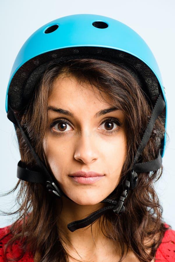 Def alto de ciclagem vestindo dos povos reais do retrato do capacete da mulher engraçada imagem de stock