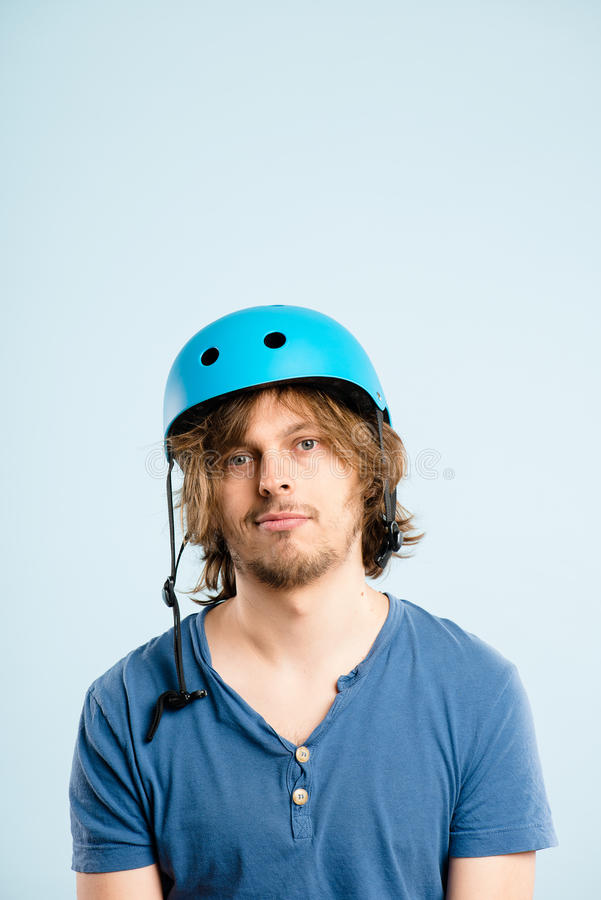 Defin alto de ciclagem vestindo dos povos reais do retrato do capacete do homem engraçado imagem de stock