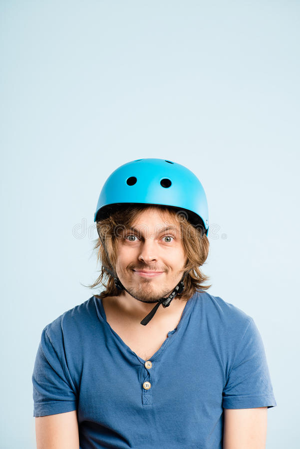 Defin alto de ciclagem vestindo dos povos reais do retrato do capacete do homem engraçado imagens de stock
