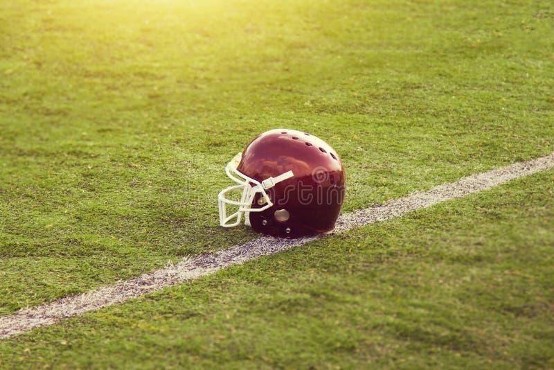 Capacete de futebol americano no campo fotografia de stock royalty free