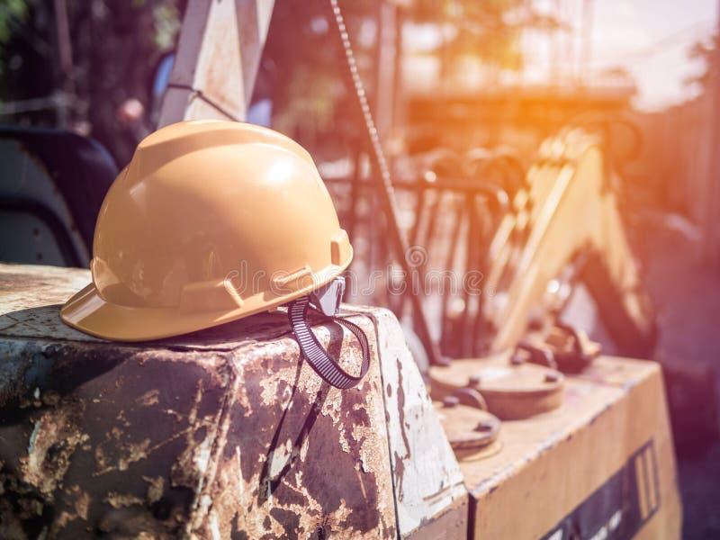 Capacete de segurança colocado após o trabalho do revestimento da construção dos coordenadores foto de stock
