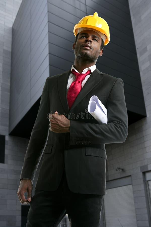 Capacete de segurança do amarelo do coordenador do arquiteto do americano africano fotos de stock