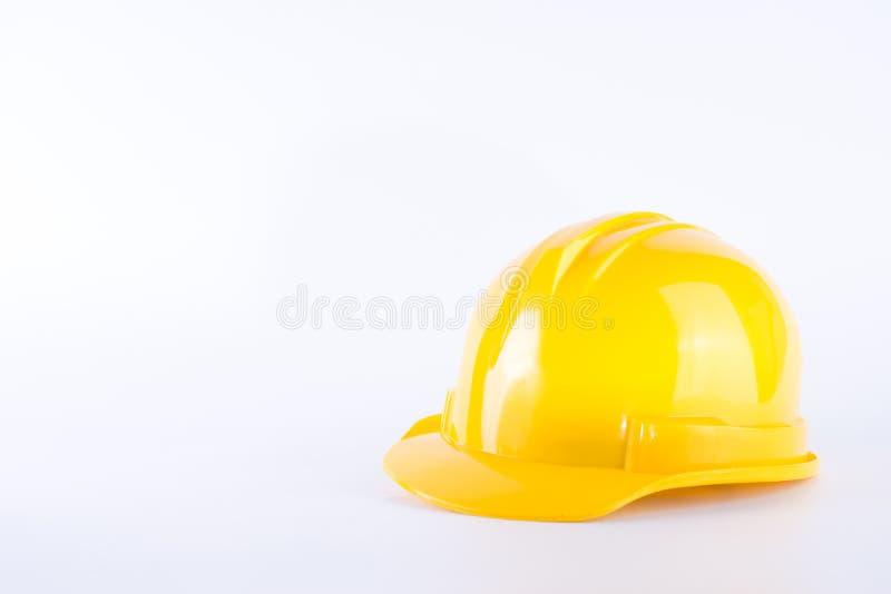 Capacete de seguran?a amarelo no fundo branco capacete de seguran?a isolado no branco Conceito do equipamento de seguran?a Trabal imagens de stock