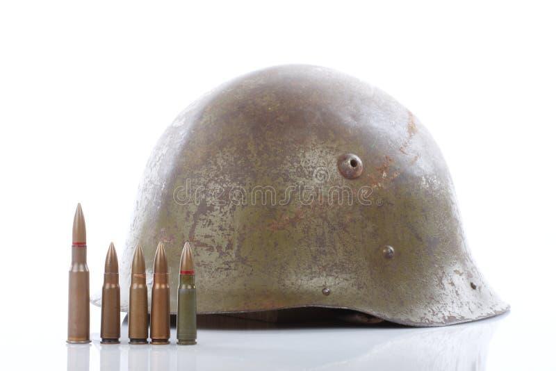 Capacete e cartuchos militares fotografia de stock royalty free