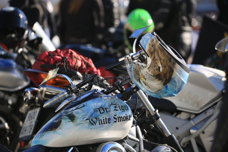 Capacete e motocicleta com airbrushing Imagem de fundo fotos de stock royalty free