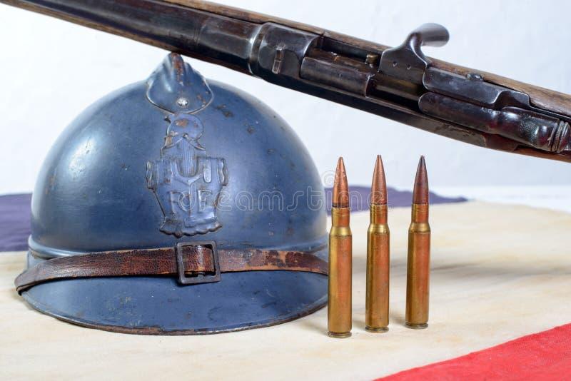 Capacete francês da primeira guerra mundial com uma arma em um branco vermelho b foto de stock royalty free