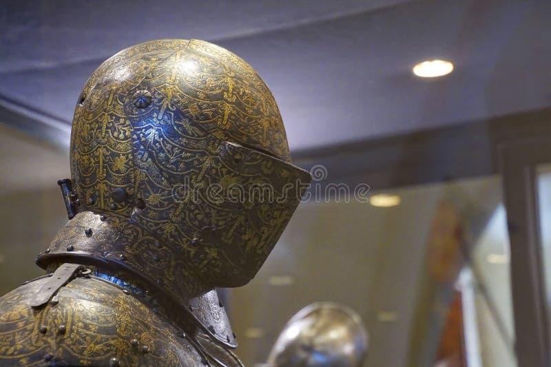 Capacete Gilt da armadura de torneio imagem de stock