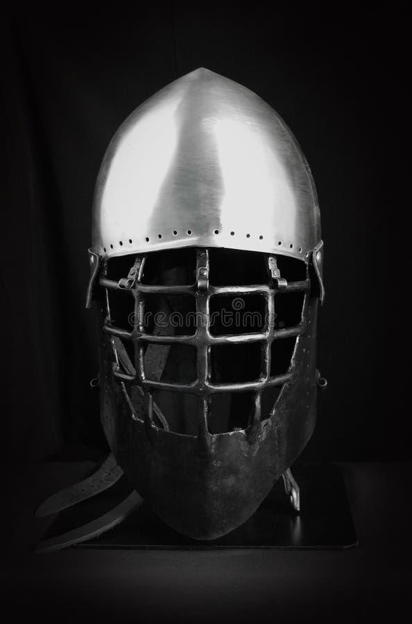 Capacete para a luta medieval Proteção extrema do esporte Combinação de aço preto e branco armor fotos de stock royalty free