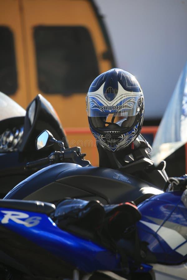 Capacete preto da motocicleta com airbrushing abstrato em um guiador da motocicleta foto de stock royalty free