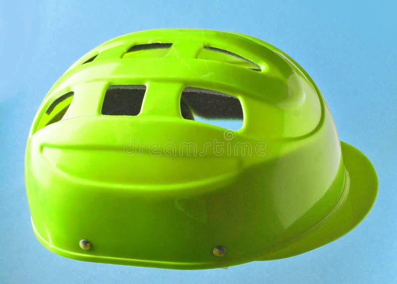 Capacete protetor vermelho para skateres e ciclistas do rolo sobre foto de stock royalty free