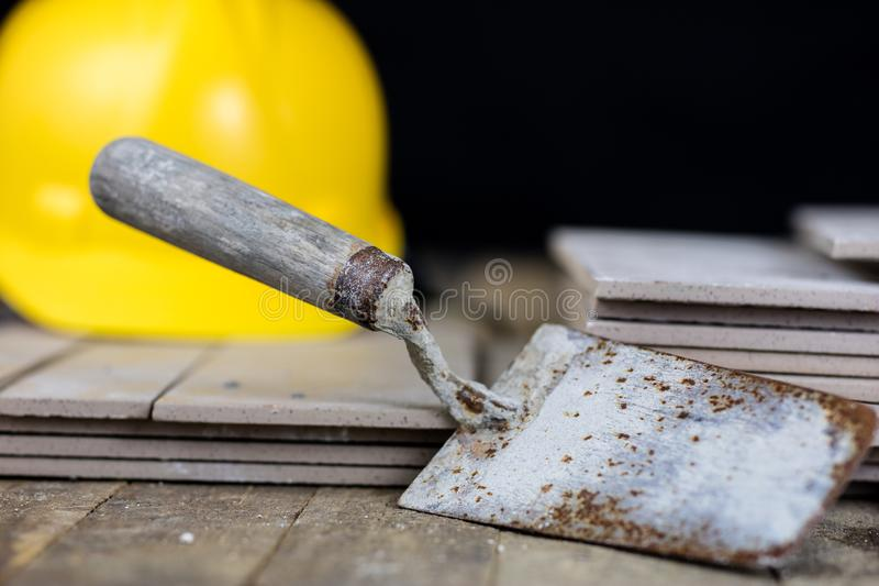 Capacete, telhas e ferramentas para o construtor Acessórios para o constru fotos de stock