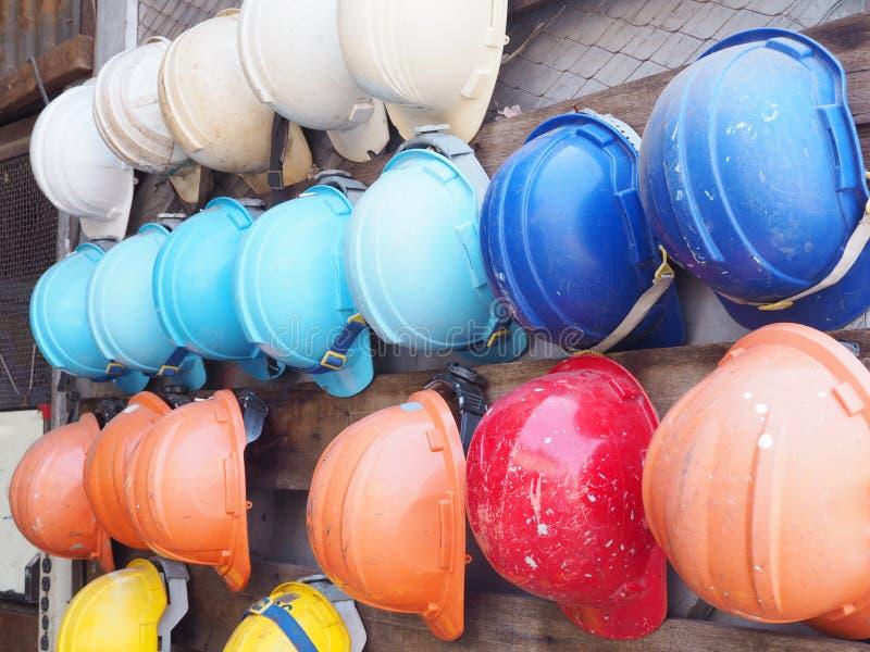 Capacetes coloridos velhos da construção imagem de stock