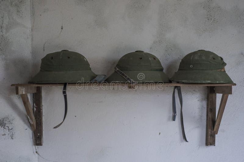 Capacetes de pimenta de soldado em Cannon Fort, em Cat Ba, Vietname imagem de stock royalty free