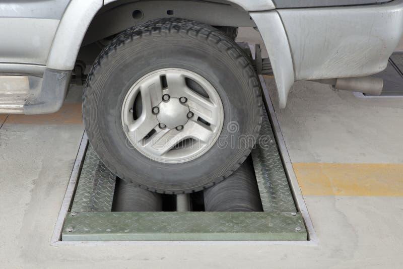 Capacité d'essai de roue de camion léger de s'arrêter de l'équipement de frein sur des rouleaux de machine photographie stock