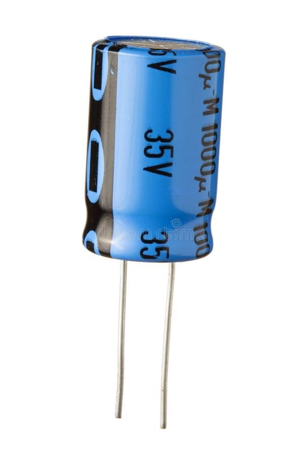 Capacitor eletrônico azul Backgroun branco isolado foto de stock