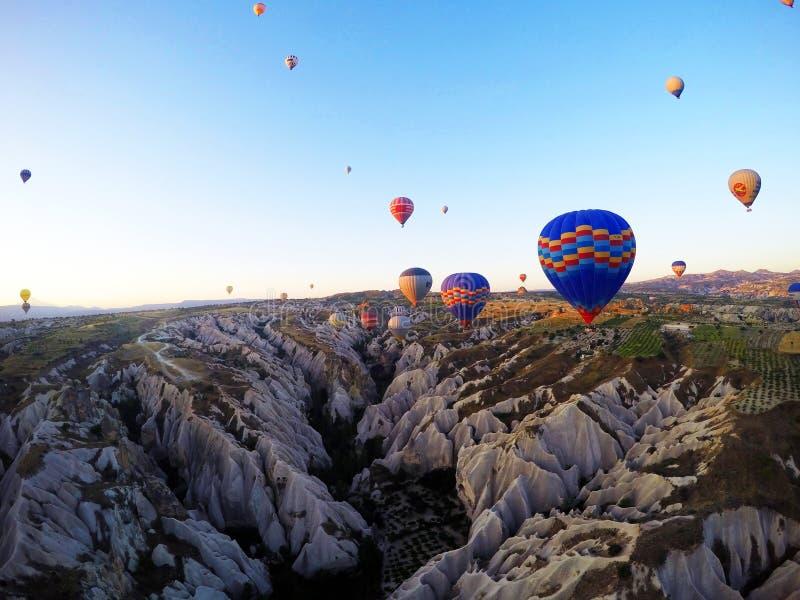 Capadocia von innen, das er im Ballon aufsteigt, Sommer pic lizenzfreies stockbild
