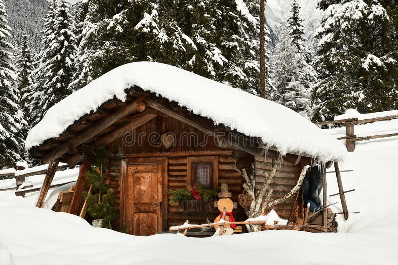 Capanna alpina nell'inverno nelle alpi Paesaggio di inverno in una foresta vicino al lago Antholz Anterselva, Tirolo del sud fotografia stock