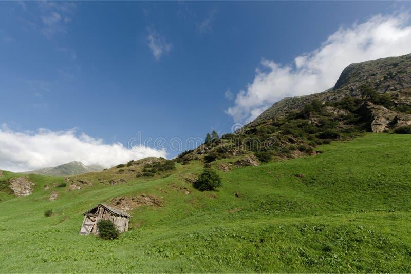Capanna alta nelle montagne immagini stock