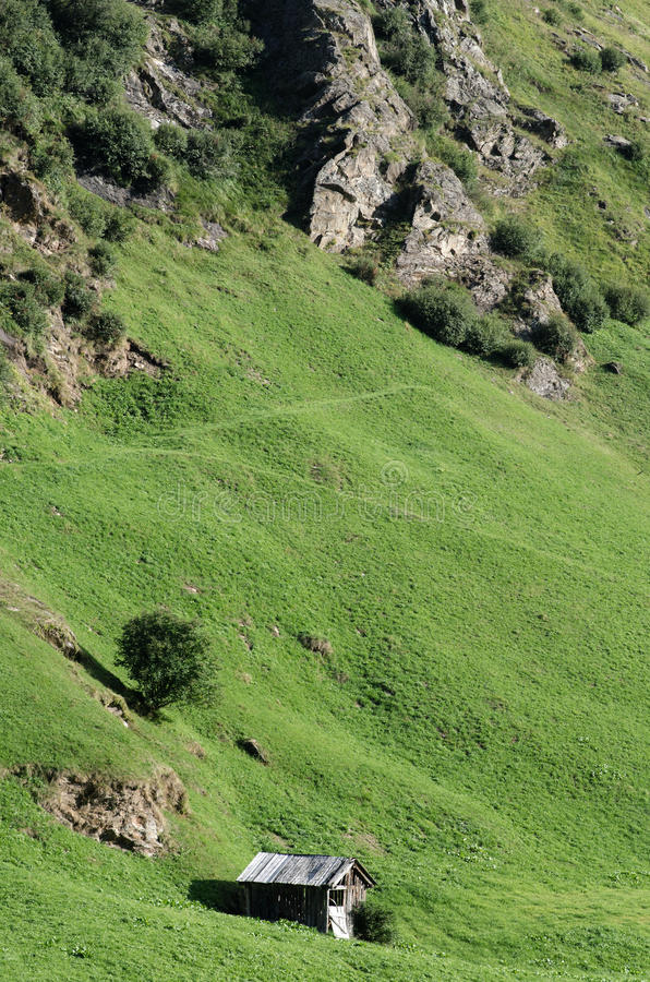 Capanna alta nelle montagne fotografie stock