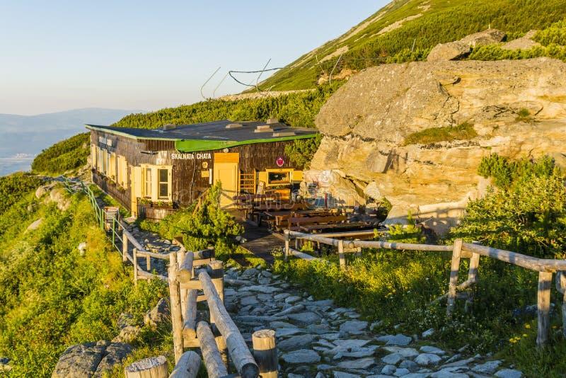 Capanna in alto Tatras in Slovacchia al piede del picco di Lomnicki - chata di Schronisko Lomnickie Skalnata, pri Skalnat della m fotografie stock