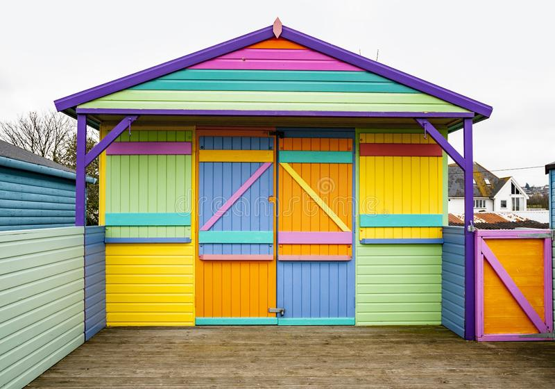 Capanna da spiaggia con un design originale e colorato a Whitstable, Kent, Regno Unito immagini stock
