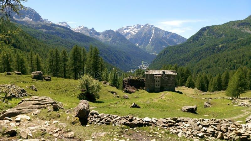 Capanna della montagna con la vista al massiccio di Mont Blanc fotografia stock libera da diritti