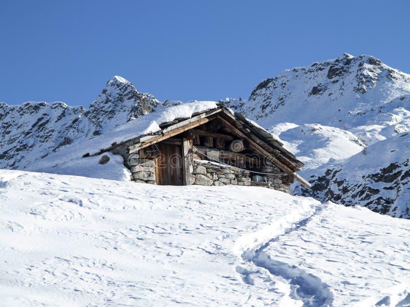 Capanna della montagna nella neve immagini stock libere da diritti