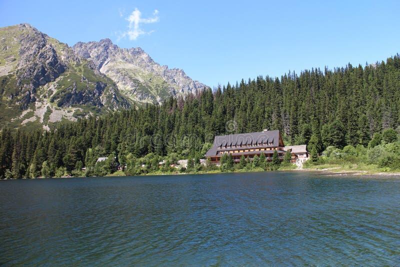 Capanna della montagna sulla riva del lago di pleso di Popradske nel livello, Tatras fotografia stock libera da diritti