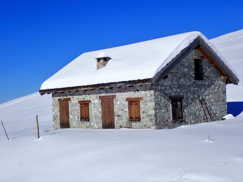 Capanna dello sci nella neve di inverno, Prato Nevoso, provincia di Cuneo, Italia immagine stock
