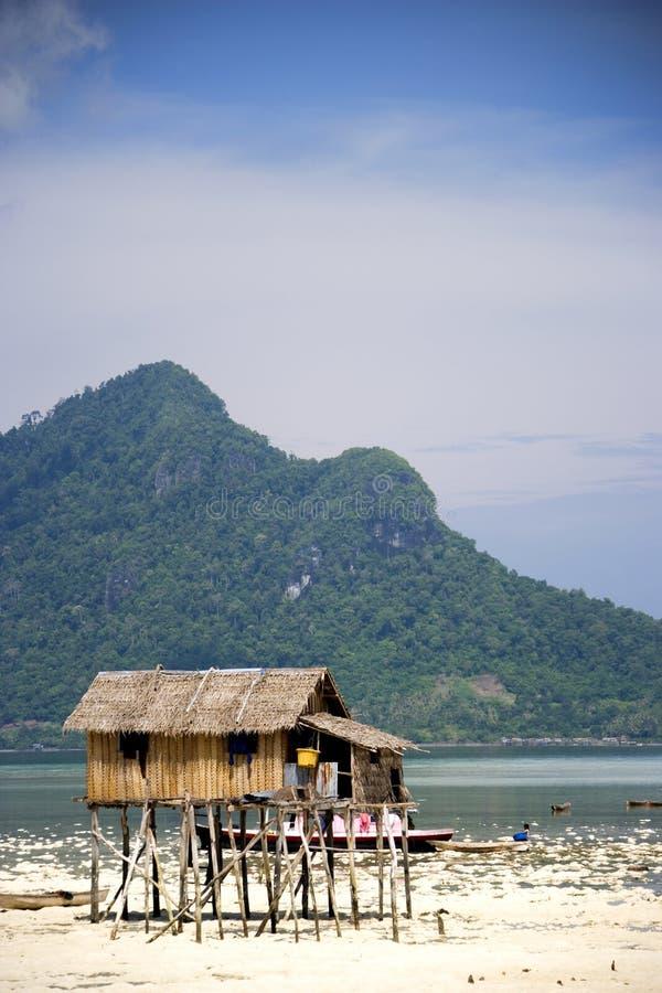 Capanna dello stilt sulla spiaggia tropicale fotografia for Disegni di casa sulla spiaggia tropicale