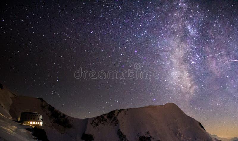 Capanna di Gouter sotto la Via Lattea fotografia stock libera da diritti