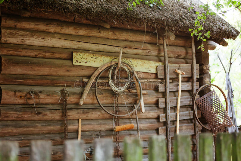 Capanna di legno bielorussa autentica antica, dettaglio della parete con la retro famiglia fatta da sé immagini stock