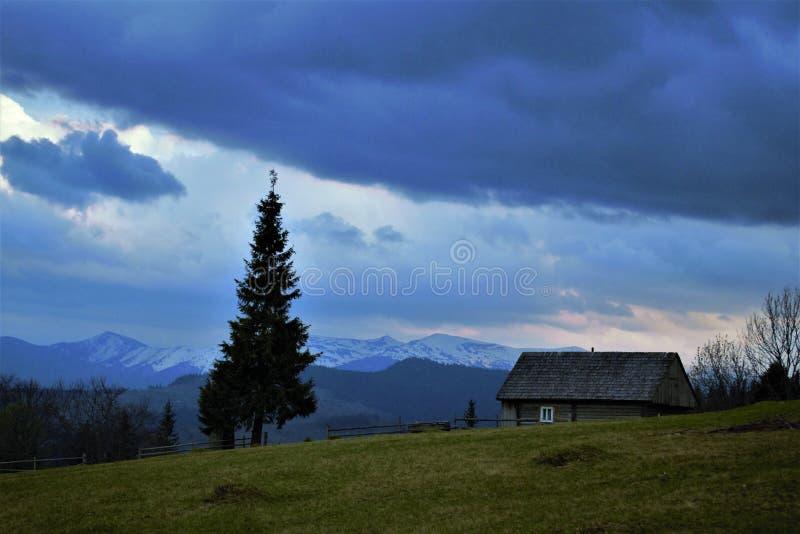 Capanna di legno nelle montagne immagini stock