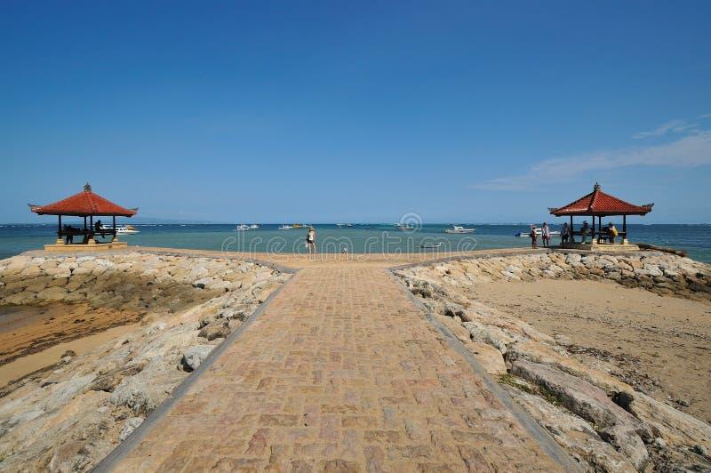 Capanna di meditazione alla spiaggia del sanur in bali immagine stock