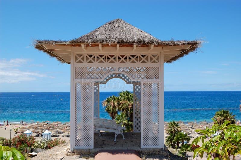 Capanna di vista del mare con il banco sopra la spiaggia all'albergo di lusso fotografia stock libera da diritti
