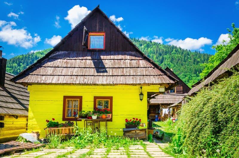Capanna gialla di legno in villaggio tradizionale, Slovacchia immagine stock