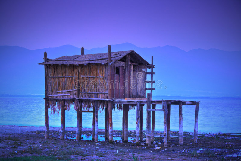 Capanna tradizionale di pesca nel lago fotografie stock